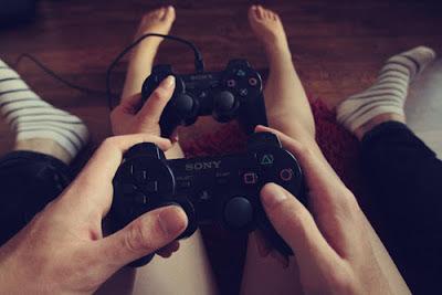 jogando video game casal
